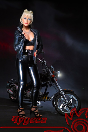 Женщина на мотоцикле.