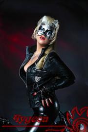 Женщина в кошачей маске.